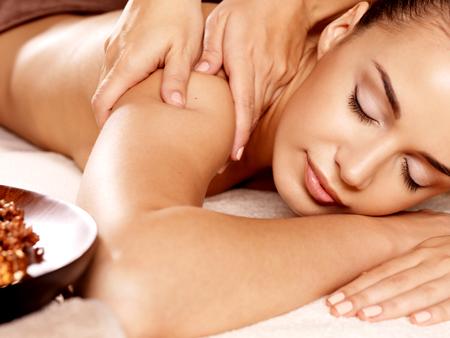 massage-relaxing-woman